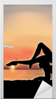 Dørklistremerke Gymnast trener nær sjøen