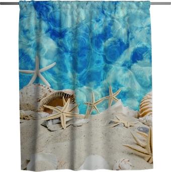 Duschgardin Sommer pur: Muscheln und Seesterne vor blauem Meer