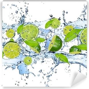 Vinil Duvar Resmi Beyaz bir arka plan üzerinde izole su sıçrama Taze misket limonu,
