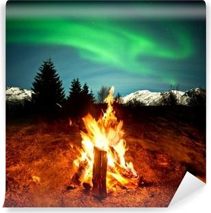 Vinil Duvar Resmi Camp Fire Kuzey ışıklarını izleyerek