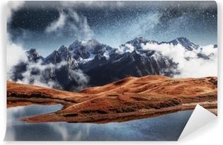 Vinil Duvar Resmi Dağ gölündeki fantastik yıldızlı gökyüzü koruldi. pitoresk gece üst svaneti, avrupa gürcistan avrupası. Kafkas dağları