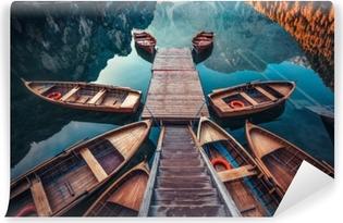 Vinil Duvar Resmi Dolomites dağlarda dağlar, sudtirol, italyalar, braies lake (pragser vahşi doğada) üzerinde tekneler
