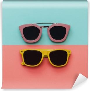 Vinil Duvar Resmi Düz lay moda seti: pastel kökenden iki güneş gözlüğü. Üstten görünüm.