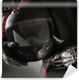 Vinil Duvar Resmi Elinde kask ile motosikletçi. karanlık bir arka plan