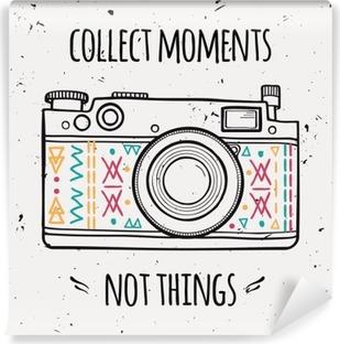 """Vinil Duvar Resmi Retro fotoğraf kamera ve tipografi ifade Vektör illüstrasyon """"anlar değil şeyleri toplayın""""."""