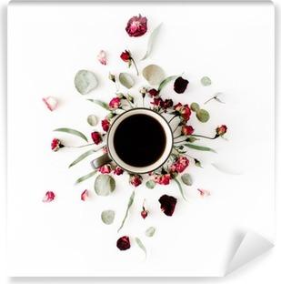 Vinil Duvar Resmi Siyah kahve kupa ve kırmızı tomurcuklar beyaz zemin üzerine okaliptüs ile buket gül. düz yatıyordu, üstten görünüm