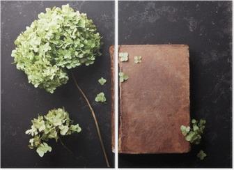 Dyptyk Martwa natura z starej książki i suszonych kwiatów hortensji na czarnym rocznika tabeli widoku z góry. Płaski lay stylizacji.