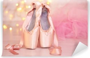 Vinyl Fotobehang Ballet pointe schoenen op de vloer op de achtergrond bokeh