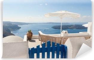 Vinyl Fotobehang Bank op het terras met uitzicht op de Caldera van Santorini Griekenland