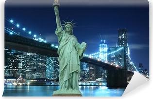 Vinyl Fotobehang Brooklyn Bridge en het Vrijheidsbeeld bij nacht