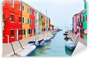 Vinyl Fotobehang Burano eiland kanaal, kleurrijke huizen kerk. Italië.