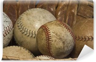 Vinyl Fotobehang Een mand van Oude Baseballs met een Antieke Handschoen