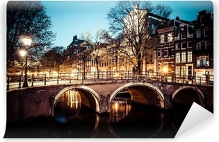 Vinyl Fotobehang Een van de beroemde grachten van Amsterdam, Nederland in de schemering.