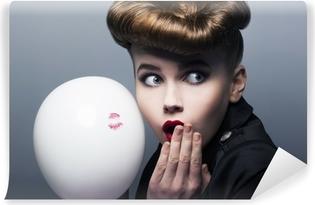 Vinyl Fotobehang Expressie. Verrast pin-up shopper meisje met ballon