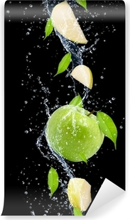 Vinyl Fotobehang Groene appels in het water splash, geïsoleerd op zwarte achtergrond