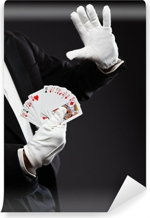 Vinyl Fotobehang Handen van de goochelaar die kaarten. Draagt zwarte pak. Studio-opname