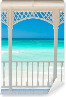 Vinyl Fotobehang Houten terras met uitzicht op een tropisch strand in Cuba