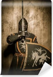 Vinyl Fotobehang Middeleeuwse ridder met zwaard in de voorkant van zijn gezicht