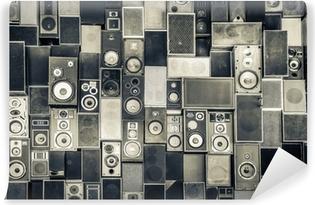 Vinyl Fotobehang Muziek speakers aan de muur in zwart-wit vintage stijl