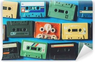Vinyl Fotobehang Oude cassettebandjes op blauwe houten tafel, bovenaanzicht