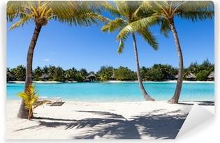 Vinyl Fotobehang Palme su una spiaggia bianca in Polinesia francese. Bora Bora