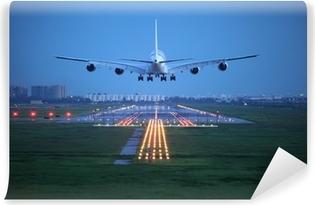 Vinyl Fotobehang Passagiersvliegtuig vliegen omhoog over startbaan van de luchthaven van