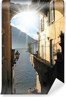 Vinyl Fotobehang Romantisch uitzicht op de beroemde Italiaanse Comomeer van Varenna stad