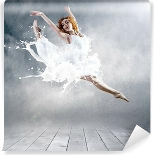 Vinyl Fotobehang Sprong van ballerina met kleding van melk