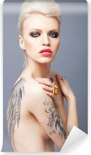 Vinyl Fotobehang Vamp uitziende vrouw met tattoo vleugels op de rug