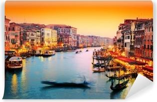 Vinyl Fotobehang Venetië, Italië. Gondel drijft op Canal Grande bij zonsondergang