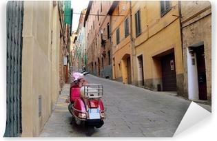Vinyl Fotobehang Vintage scène met Vespa op oude straat, Siena, Italië