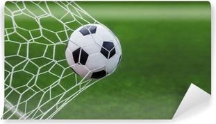 Vinyl Fotobehang Voetbal bal in doel met groene backgroung