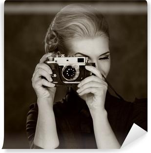 Vinyl Fotobehang Vrouw in klassieke jurk met retro camera.