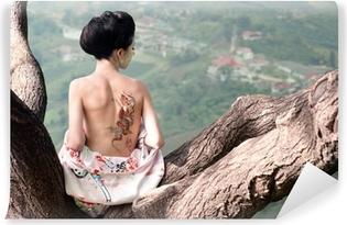 Vinyl Fotobehang Vrouw met slang tatoeage zit op boomtak (Orig)