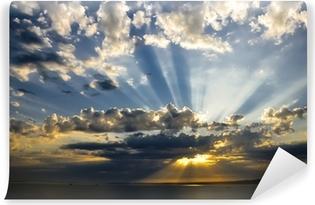 Vinyl Fotobehang Zonnestralen bij zonsondergang met wolken lichten traceren zonnestralen.