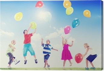 Multi-etniske børn udendørs, der leger med balloner Fotolærred
