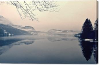 Snoet vinterlandskab på søen i sort og hvidt. Monokrom billede filtreret i retro, vintage stil med blødt fokus, rødt filter og lidt støj; nostalgisk vinterbegreb. Lake Bohinj, Slovenien. Fotolærred