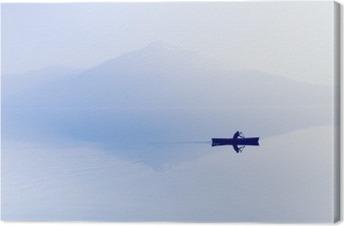 Tåge over søen. Silhuet af bjerge i baggrunden. Manden flyver i en båd med en padle. Fotolærred