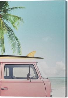 Vintage bil parkeret på den tropiske strand (seaside) med et surfbræt på taget Fotolærred