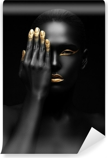 Fotomural Autoadhesivo Mujer de piel oscura con maquillaje de oro.