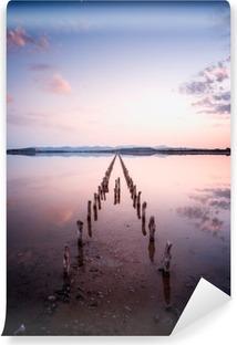 Fotomural Autoadhesivo Postes en perspectiva sobre el estanque, al atardecer en una calma perfecta día- la calma y el silencio concepto