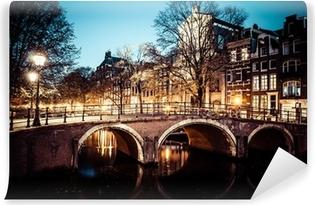 Fotomural Autoadhesivo Uno de los famosos canales de Amsterdam, los Países Bajos en la oscuridad.