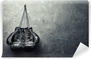 Fotomural Autoadhesivo Viejos guantes de boxeo se cuelguen de las uñas en la pared de la textura