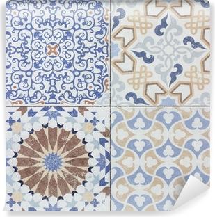 Fotomural Autoadhesivo Viejos patrones de pared de azulejos de cerámica bellos del parque público.