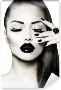 Fotomural Estándar Blanco y negro Brunette Girl Portrait. Manicura Caviar de moda