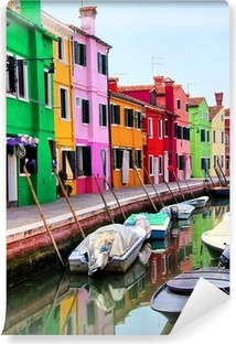 Fotomural Estándar Casas de colores a lo largo de un canal en Burano, cerca de Venecia, Italia
