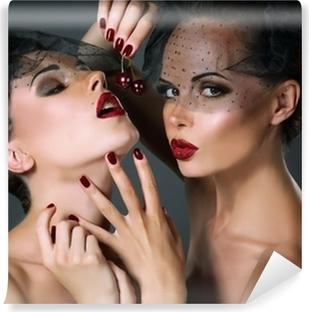 Fotomural Estándar Dainty. Dos mujeres provocativas con la cereza Bayas. Tentación