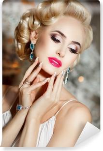 Poster Hermosa Mujer Rubia Con El Maquillaje Y El Peinado Retro