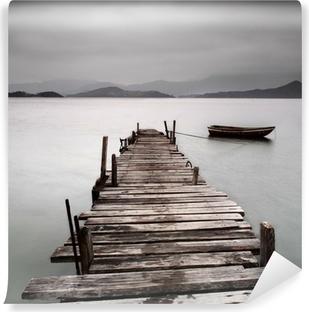 Fotomural Estándar Mirando sobre un muelle y un barco, baja saturación