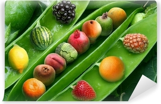 Fotomural Estándar Pea creativo con diferentes frutas en lugar de granos guisante.
